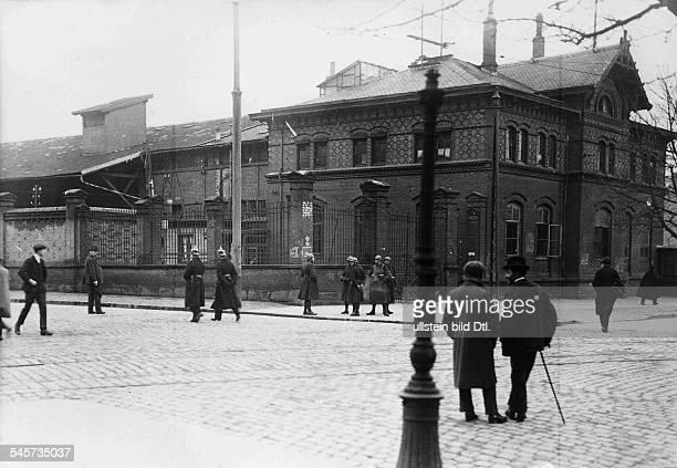 Französischer Posten und deutsche Polizei vor dem Hafenzollamt Mannheim Januar 1923Aufnahme Robert Sennecke