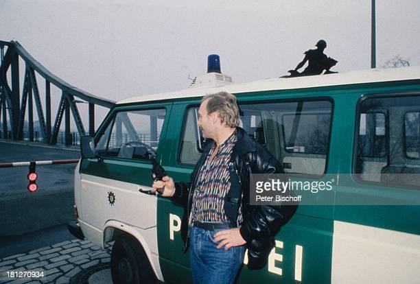 FranzXaver Kroetz ARDKrimi 'Der Leibwächter' Berlin Deutschland 'Glienicker Brücke' Sperre Schlagbaum Auto Polizeiauto Schausspieler Schriftsteller KF