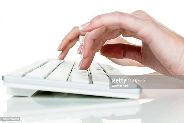 Frau im Büro mit Computer Schreibt auf einer Tastatur