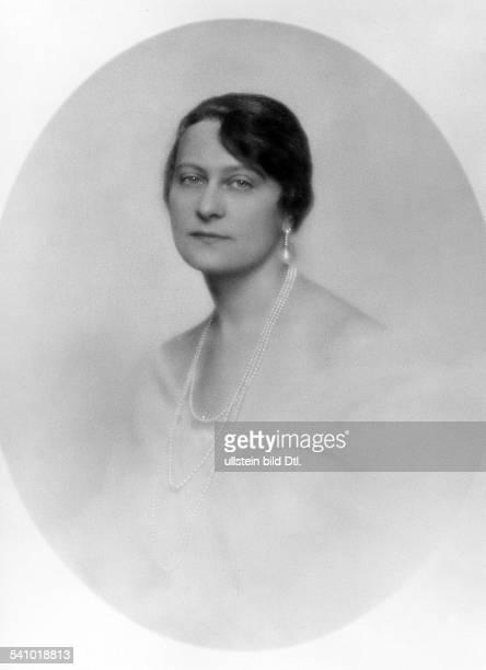 Frau MarcusGattin des Berliner Juweliers MarcusPorträt mit einer dreireihigen Perlenkette und einer grossen Perle als Ohrringerschienen Dame...