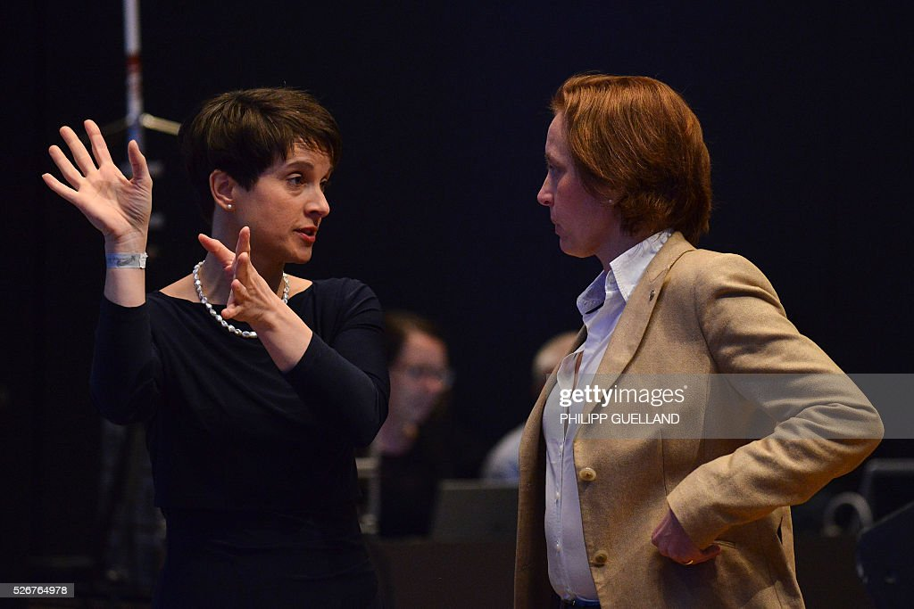 Frauke Petry (L),leader of the german right wing party Alternative for Germany (AfD) and her deputy Beatrix von Storch talk during a party congress of the German right wing party AfD (Alternative fuer Deutschland) at the Stuttgart Congress Centre ICS on May 1, 2016 in Stuttgart, southern Germany. / AFP / Philipp GUELLAND