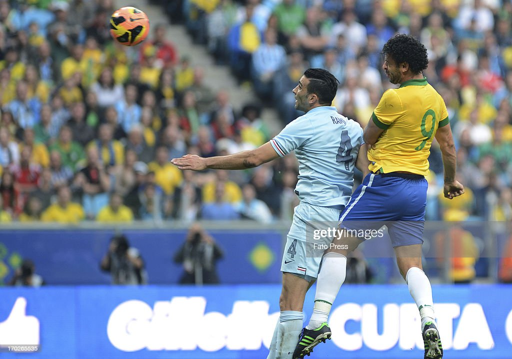 <a gi-track='captionPersonalityLinkClicked' href=/galleries/search?phrase=Fred+-+Brazilian+Soccer+Striker+Born+1983&family=editorial&specificpeople=490870 ng-click='$event.stopPropagation()'>Fred</a> of Brasil fights for the ball wiht Rami of France during the friendly match between Brasil and France on June 09, 2013 in Porto Alegre, Brasil