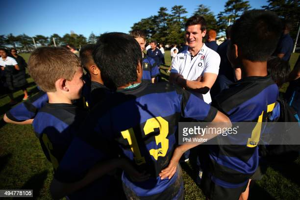 Freddie Burns of England speaks with Ponsonby Junior rugby players during the England Rugby Squad Community Day at Ponsonby RFC on May 31 2014 in...