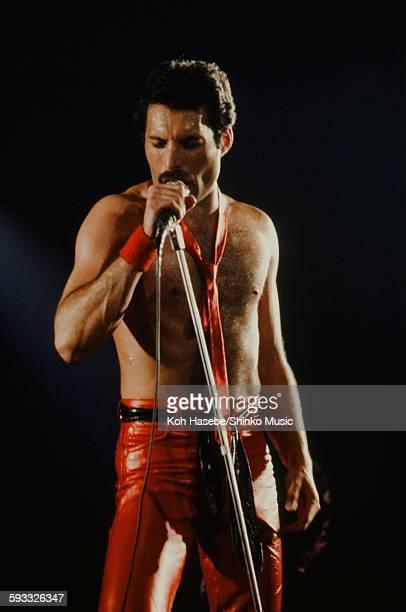 Freddie Mercury singing on stagey unknown 1979