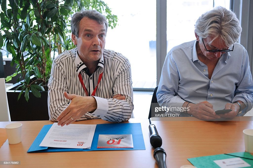 Frederic Homez, General Secretary of FO Federal Metals (L), flanked by Secretary-general of Force Ouvriere (FO) French worker's union Jean-Claude Mailly (R) arrives on May 25, 2016 at the 22nd Congress of FO Metals Federation held from 25 to 27 May 2016 in La Rochelle, southwestern France. / AFP / XAVIER