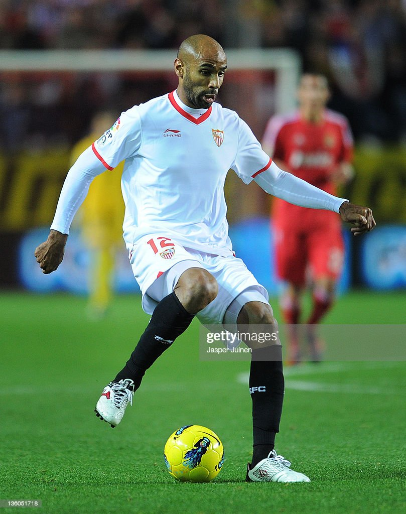 <a gi-track='captionPersonalityLinkClicked' href=/galleries/search?phrase=Frederic+Kanoute&family=editorial&specificpeople=213590 ng-click='$event.stopPropagation()'>Frederic Kanoute</a> of Sevilla FC controls the ball during the la Liga match between Sevilla and Real Madrid at Estadio Ramon Sanchez Pizjuan on December 17, 2011 in Seville, Spain.