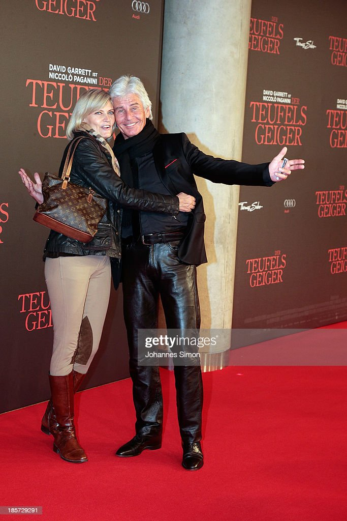 Frederic Meisner (R) and his wife Yvonne Meisner arrive for the 'Der Teufelsgeiger' Premiere on October 24, 2013 in Munich, Germany.