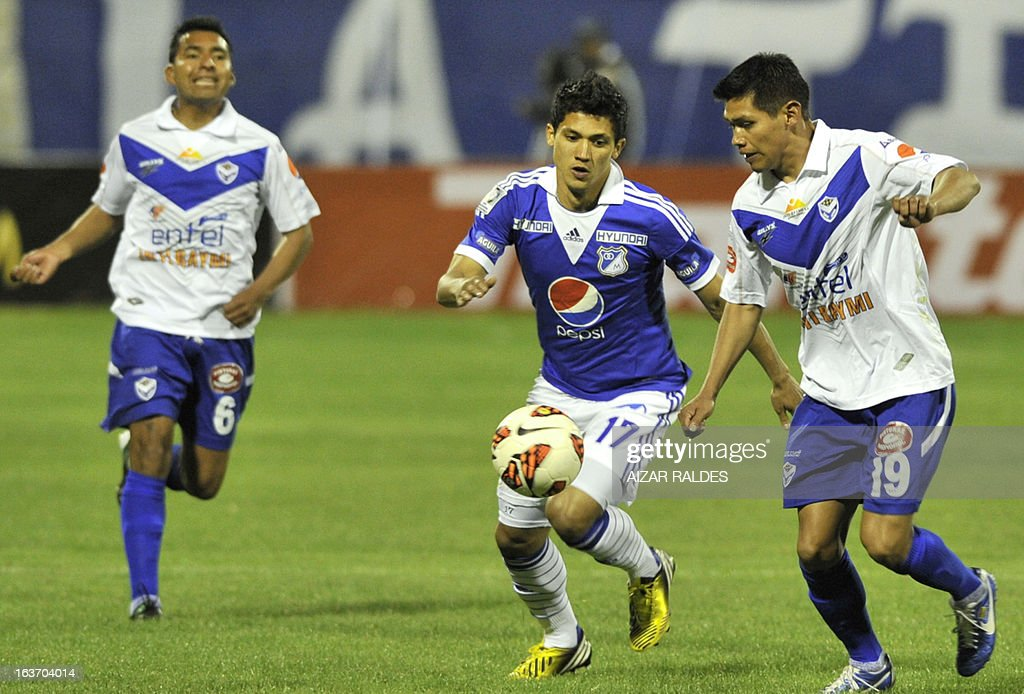Fredy Montero (C) of Colombia´s Millonarios, vies for the ball with Mario Ovando, (R) and Anibal Torrico of Bolivia's San Jose during their Copa Libertadores football match at Jesus Bermudez stadium in Oruro, Bolivia, on March 14, 2013. AFP PHOTO/Aizar Raldes