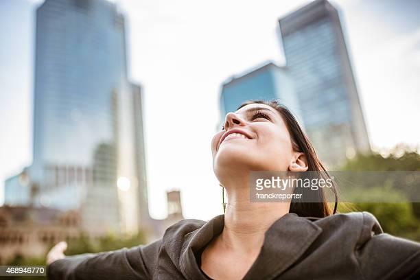 自由にビジネス女性の街