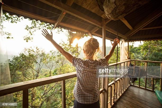 Libertà in natura-donna con le braccia sollevate