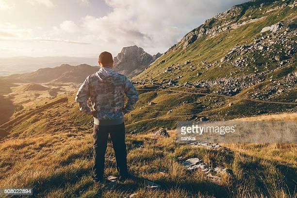 Freiheit, Kraft, Leben. Mann oben auf dem Berg.
