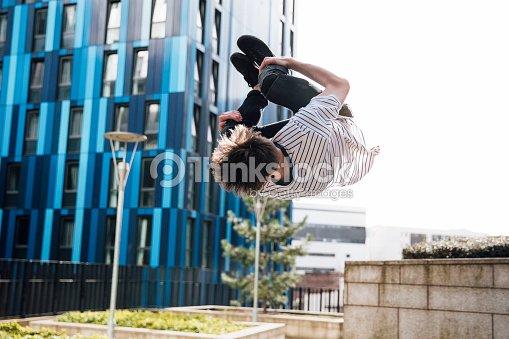 Freerunner tun Flips in der Stadt : Stock-Foto