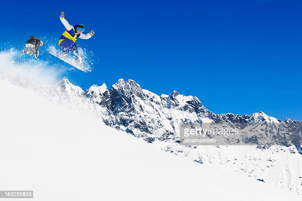 Freestyle snowboarder in einem jump