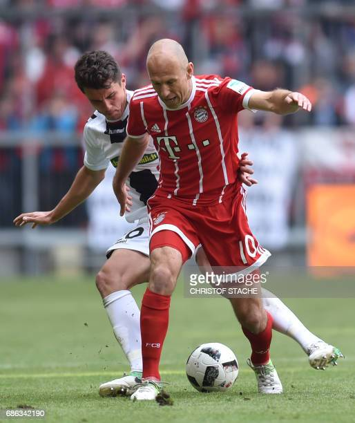 Freiburg's defender MarcOliver Kempf and Bayern Munich's Dutch midfielder Arjen Robben vie for the ball during the German first division Bundesliga...