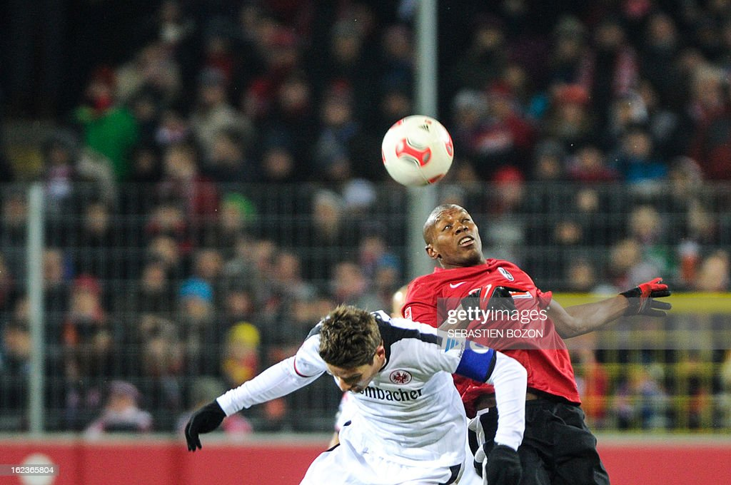Freiburg's Slovak midfielder Karim Guede (R) vies with Frankfurt's Swiss midfielder Pirmin Schwegler (C) during German first divison Bundesliga match SC Freiburg vs Eintracht Frankfurt on February 22, 2013 in Freiburg. AFP PHOTO / SEBASTIEN BOZON