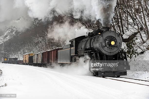 Güterzug mit Dampflokomotive Rauch im kalten Winter Snow
