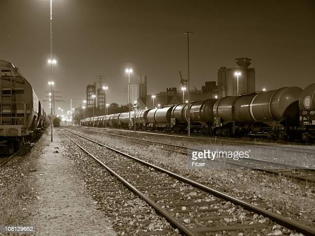 Güterzugverkehr in Yard bei Nacht, Sepia