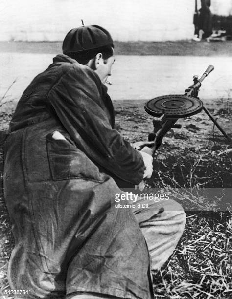 Freiheitskämpfer mit Maschinengewehr indem ungarischen Ort Hegyeshalom demeinzigen Grenzort durch den ungarischeFlüchtlinge noch österreichisches...