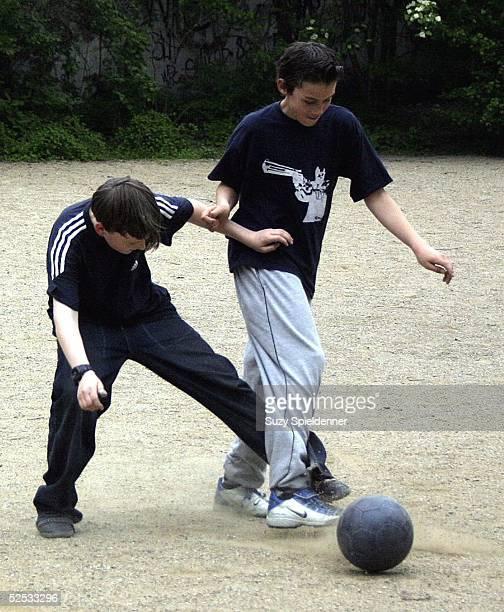 Freizeitsport / Kindersport Fussball Hamburg Jungs spielen auf dem Bolzplatz 070504
