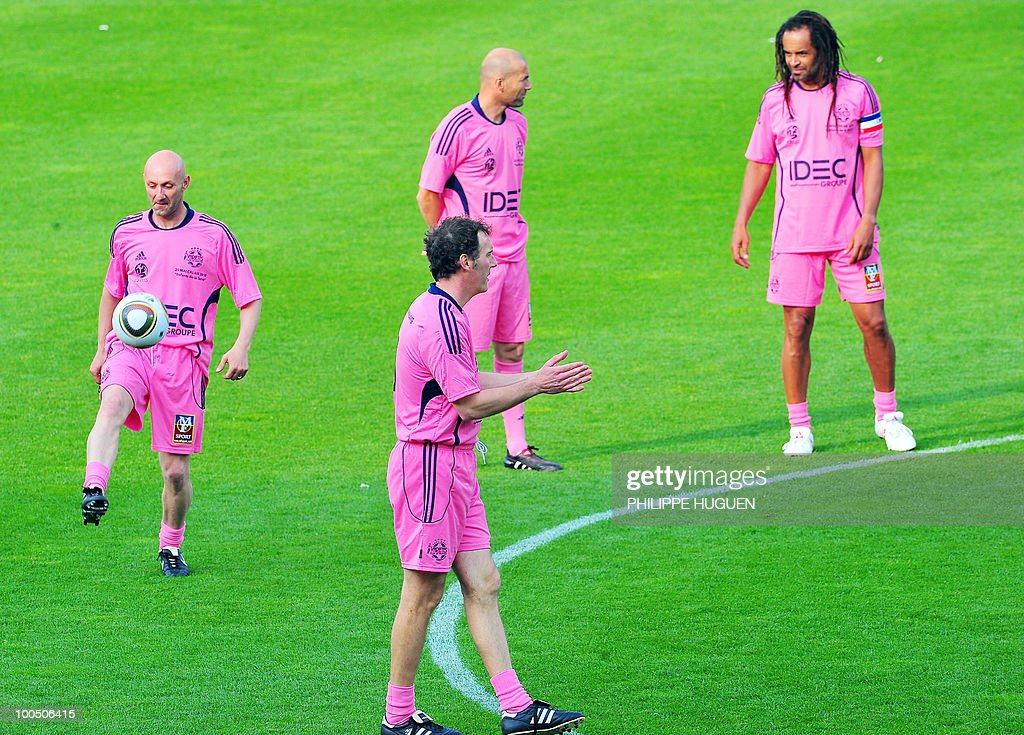 French 1998 World Cup champions Zinedine Zidane (C/top), Fabien Barthez (L), Laurent Blanc (C) and former professional tennis player Yannick Noah (R) discuss prior the football exhibition match Calais vs. Varietes Club de France, on May 25, 2010 at the Epopee stadium in Calais, northern France. This exhibition match between Calais and a team made up of French 1998 World Cup champions stands to commemorate amateur team of Calais epic run to the final of the 2000 Coupe de France.