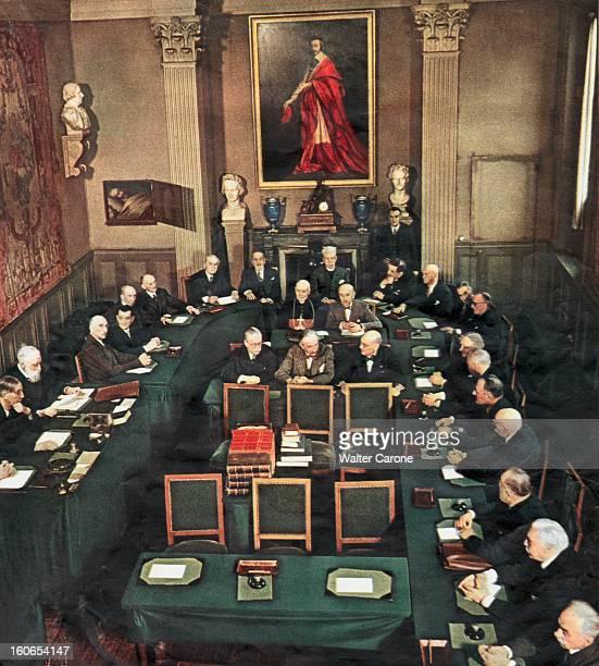 photo montrant pour la première fois les Immortels de l'Académie française au travail dans la petite salle du conseil sous le regard de RICHELIEU...