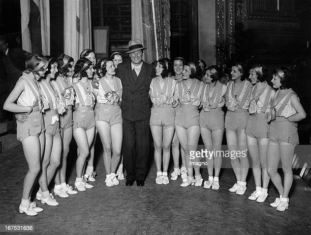French actor and singer Maurice Chevalier with dancers at a rehearsal in the Dominion theatre/London December 1st 1930 Photograph Der französische...