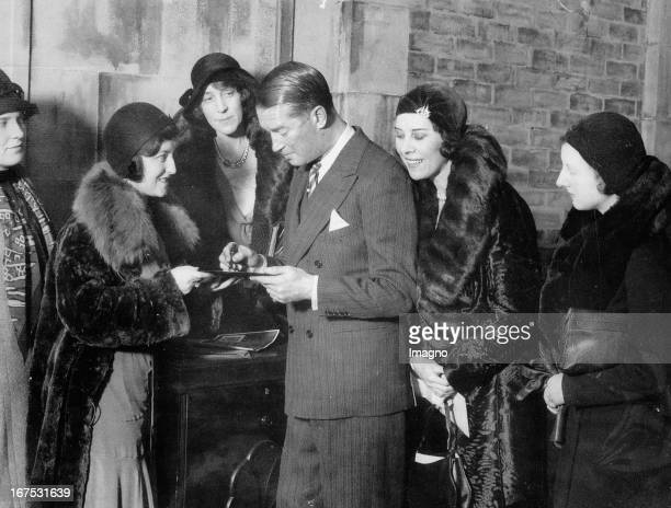 French actor and singer Maurice Chevalier with fans in his hotel in London November 29th 1930 Photograph Der französische Schauspieler und Sänger...