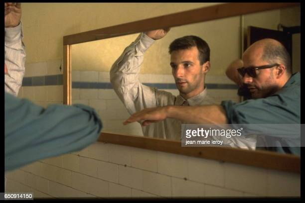 French actor director screenwriter and producer Mathieu Kassovitz and director and screenwriter Jacques Audiard on the set of his film 'Un héros très...