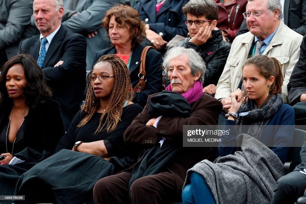 French actor Jean Rochefort (2ndR) attends a French tennis Open quarter final match at the Roland Garros stadium in Paris on June 4, 2014.