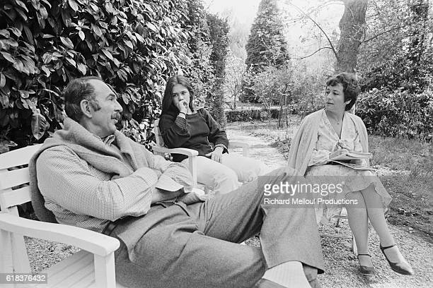 French actor JeanPierre Marielle talks with actress Annie Girardot and her daughter Julia Salvatori The two actors starred in the 1976 film Cours...