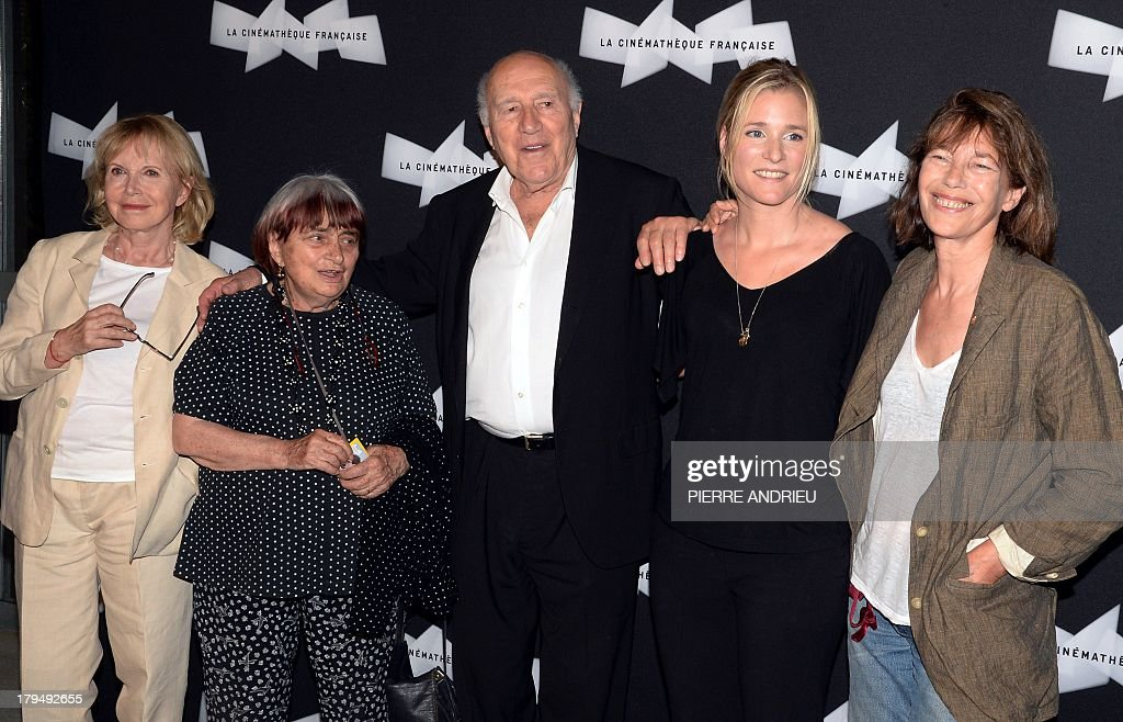 French actor Michel Piccoli (C) poses alongside (from L) French actress Bulle Ogier, French director Agnes Varda, Belgian actress Natacha Regnier and British actress and singer Jane Birkin upon their arrival on September 4, 2013 at the Cinematheque Francaise (French Cinematheque) in Paris, to attend the opening of a retrospective dedicated to Piccoli, running until October 4. AFP PHOTO / PIERRE ANDRIEU