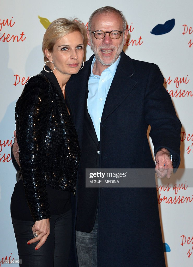 French actor Pascal Greggory poses flanked by Melita Toscan du Plantier while arriving to attend the premiere of the movie 'Des gens qui s'embrassent' (People kissing) by French director Daniele Thompson, on April 1, 2013 in Paris. AFP PHOTO MIGUEL MEDINA