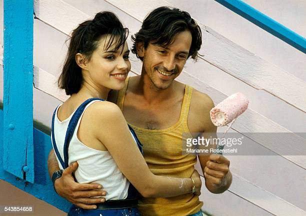 French actors Beatrice Dalle and JeanHugues Anglade on the set of the film 37°2 Le Matin by French Director JeanJacques Beineix