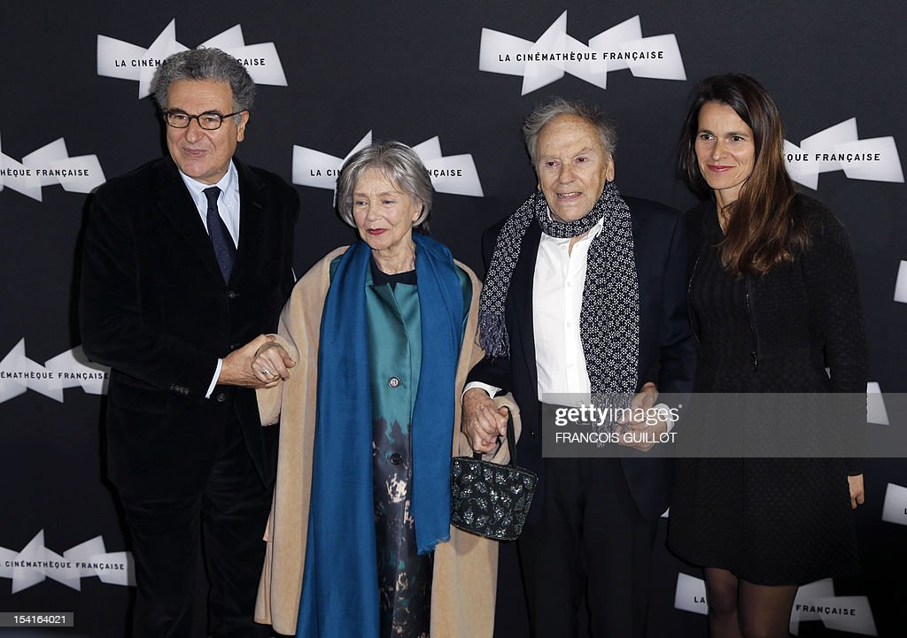 French actors Emmanuelle Riva (L) and Jean-Louis Trintignant pose with French Culture minister Aurelie Filippetti and head of the Cinematheque francaise Serge Toubiana (L) during a photocall prior to the premiere screening of the movie 'Amour', awarded the 2012 Cannes film festival Palme d'Or, on October 15, 2012 in Paris. AFP PHOTO FRANCOIS GUILLOT