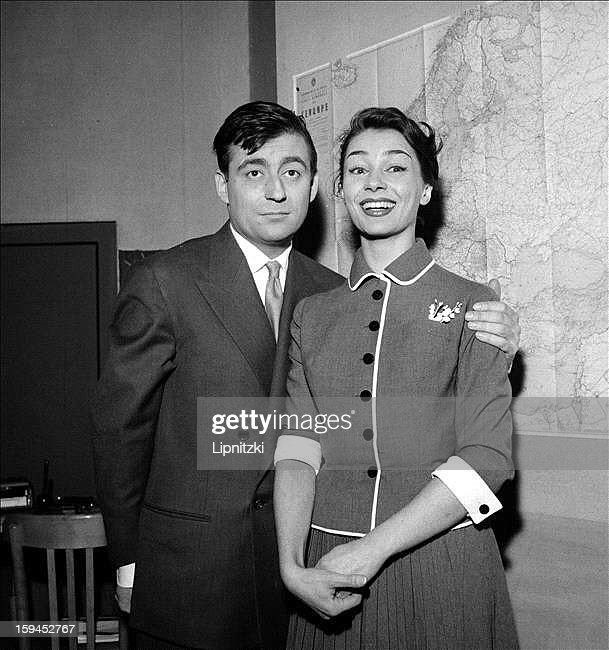 French actors Francois Perier (1919 - 2002) and Emmanuelle Riva in 'Le Seducteur' by Italian playwright Diego Fabbri at the Theatre de la Michodiere, Paris, January 1956.
