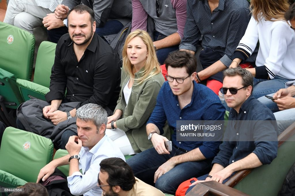 French actors François-Xavier Demaison (L) and Guillaume de Tonquédec (R) attend the men's second round match between France's Jo-Wilfried Tsonga and Cyprus' Marcos Baghdatis at the Roland Garros 2016 French Tennis Open in Paris on May 26, 2016. / AFP / MARTIN