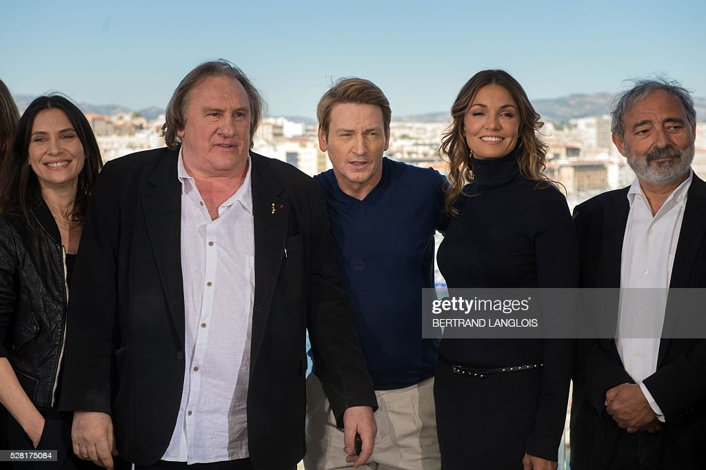 French actors Geraldine Pailhas, Gerard Depardieu, Benoit Magimel, Nadia Fares and writer Dan Franck pose during a photocall for the premiere of the French TV show 'Marseille' broadcasted and co-produced by US streaming video giant Netflix on May 4, 2016 in Marseille, southern France. / AFP / BERTRAND