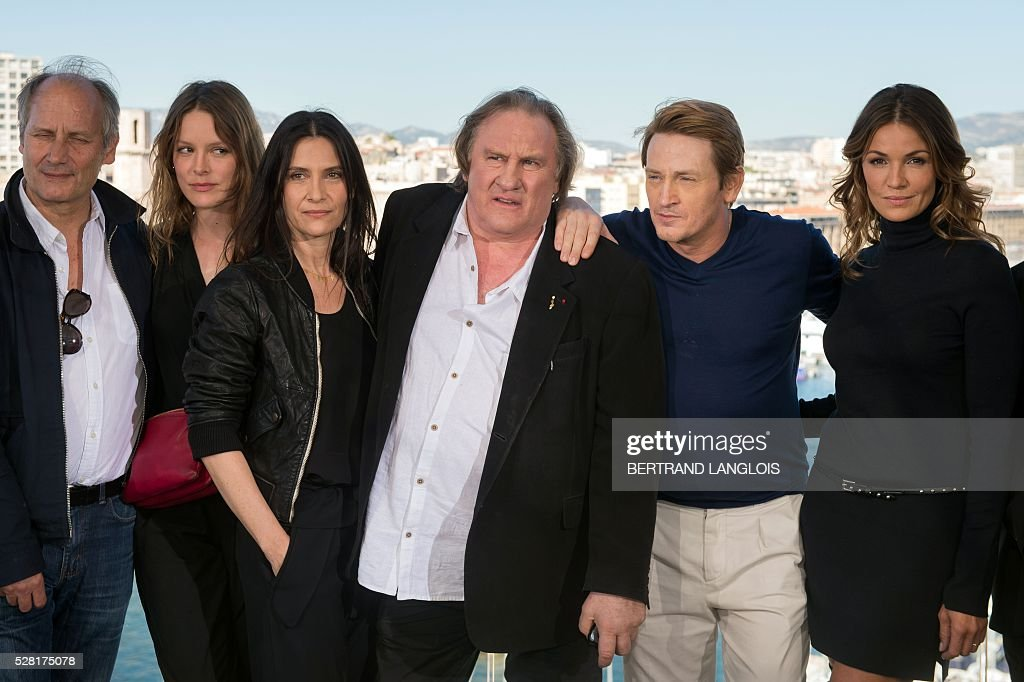 French actors Hippolyte Girardot, Stephane Caillard, Geraldine Pailhas, Gerard Depardieu, Benoit Magimel and Nadia Fares pose during a photocall for the premiere of the French TV show 'Marseille' broadcasted and co-produced by US streaming video giant Netflix on May 4, 2016 in Marseille, southern France. / AFP / BERTRAND