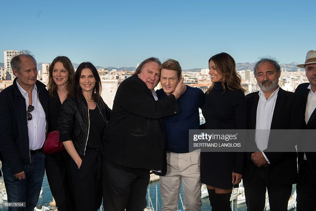 French actors Hippolyte Girardot, Stephane Caillard, Geraldine Pailhas, Gerard Depardieu, Benoit Magimel, Nadia Fares and writer Dan Franck pose during a photocall for the premiere of the French TV show 'Marseille' broadcasted and co-produced by US streaming video giant Netflix on May 4, 2016 in Marseille, southern France. / AFP / BERTRAND