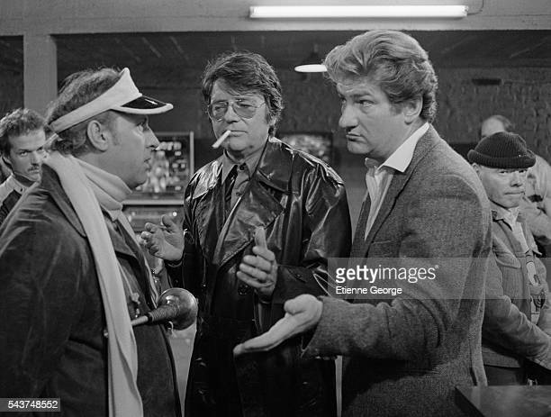French actors Laurent Malet Michel Serrault Eddy Mitchell director JeanPierre Mocky and Dominique Zardi on the set of 'A mort l'arbitre' based on...