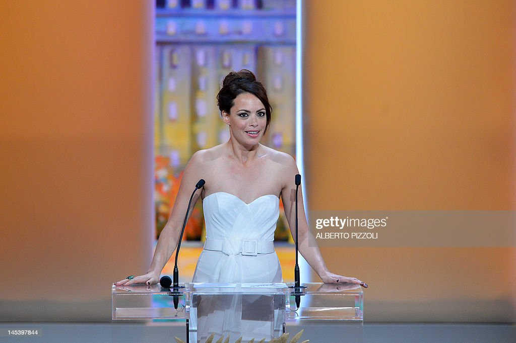 French actress and mistress of ceremony Berenice Bejo delivers a speech on stage during the closing ceremony of the 65th Cannes film festival on May 27, 2012 in Cannes. AFP PHOTO / ALBERTO PIZZOLI
