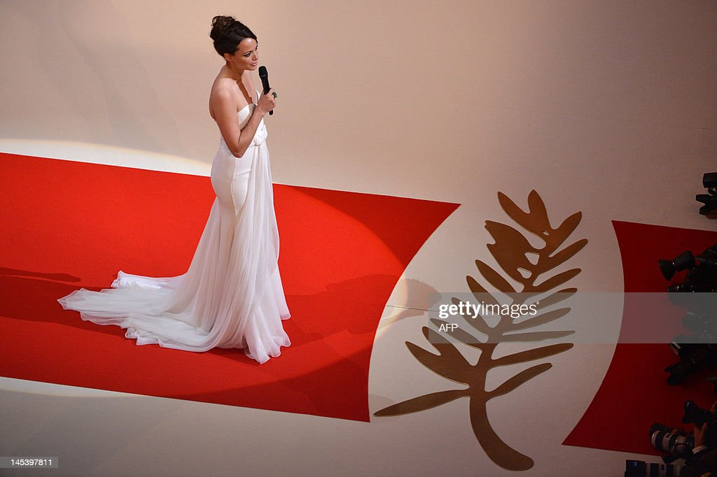 French actress and mistress of ceremony Berenice Bejo delivers a speech during the closing ceremony of the 65th Cannes film festival on May 27, 2012 in Cannes. AFP PHOTO / ANTONIN THUILLIER