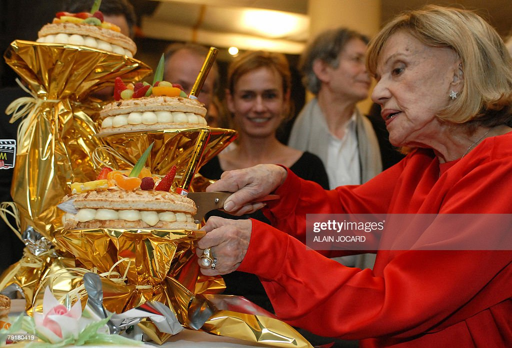French actress Jeanne Moreau, who celebrates today her 80th birthday, cuts a share of her birthday cake, 23 January 2008 in Angers, during the 20th edition of the Festival Premiers Plan (Festival of cinema).