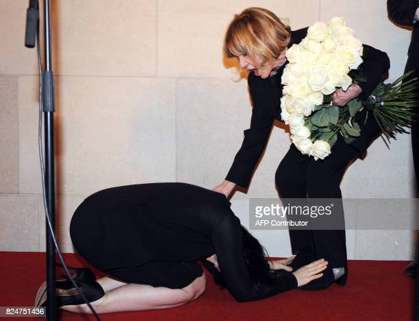 French actress Juliette Binoche bows down Jeanne Moreau poses during a ceremony celebrating the 60th anniversary of her career 06 February 2008 in...