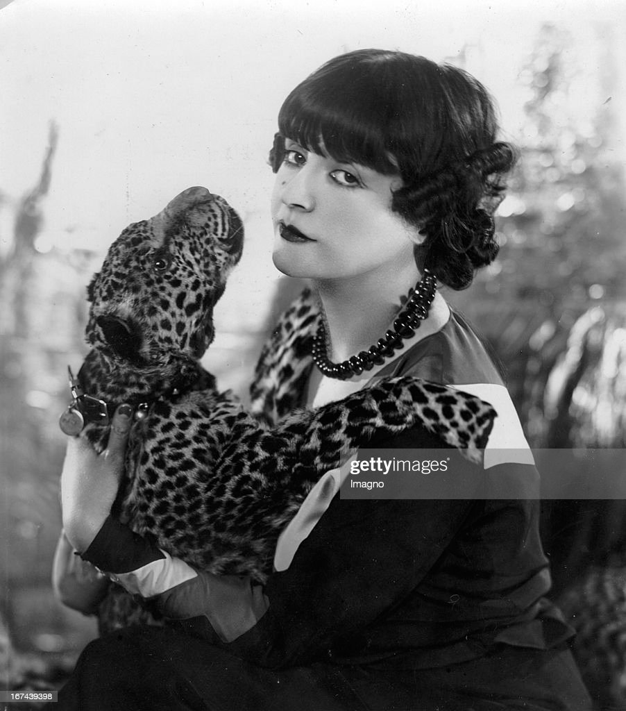 French actress Maud Loty with a leopard pelt. About 1920. Photograph. (Photo by Imagno/Getty Images) Die französische Schauspielerin Maud Loty mit einem Leoporadenfell. Um 1920. Photographie.