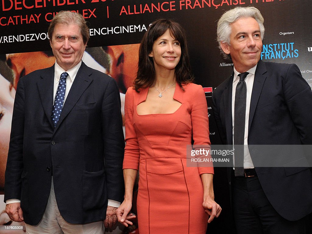 French actress Sophie Marceau (C) poses with Antoine de Clermont-Tonnere (L), chairman of UNiFrance and Olivier Gougeon (R), Societe Generale regional CEO at a media conference at a media conference to promote her new movie 'Happiness Never Comes Alone' as part of the French Film Festival in Singapore on December 5, 2012. French film 'Happiness Never Comes Alone' (Un bonheur n'arrive jamais seul), directed by James Huth, makes its Southeast Asian debut with its star Sophie Marceau will have its premier screening at The Cathay in Singapore. AFP PHOTO / ROSLAN RAHMAN