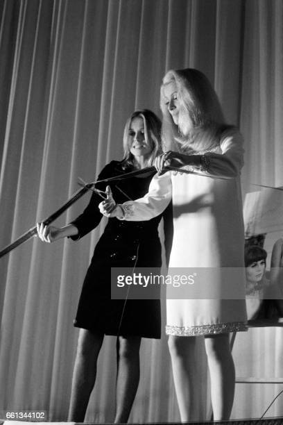 French actresses Catherine Deneuve and Francoise Dorleac inaugurate a new Cinema theater in Paris on November 9 1966 / AFP PHOTO /