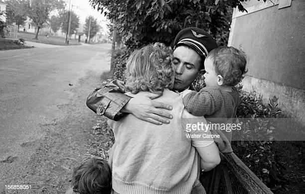 French Airmen Leaving For Indochina. En France, lors d'un reportage sur le dŽpart des officiers aviateurs pour la guerre d'Indochine, un militaire embrassant sa famille, sa femme et ses enfants..