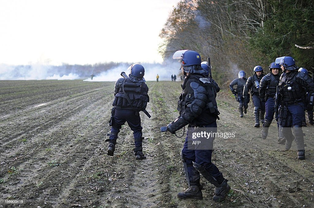 French anti-riot police officers face protesters on November 24, 2012 in Notre-Dame-des-Landes as they seek to evict squatters from protected swampland where Prime Minister Jean-Marc Ayrault wants to build a new airport. Clashes between police and protesters resumed at Notre-Dame-des-Landes, outside the western city of Nantes, as officers fired tear gas and squatters threw stones and glass bottles at them in return. AFP PHOTO / JEAN-SEBASTIEN EVRARD