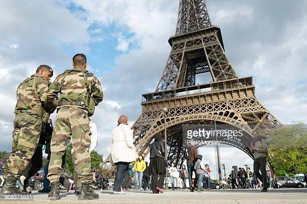 Französische Armee Soldaten Patrol Eiffelturm Paris